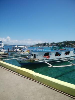 ボラカイ島行きの小型船