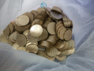 500円玉を袋につめる
