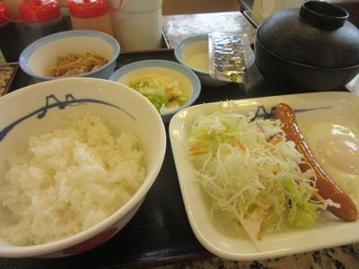 松屋の朝定食:ソーセージエッグ定食(ごはんミニ)370円